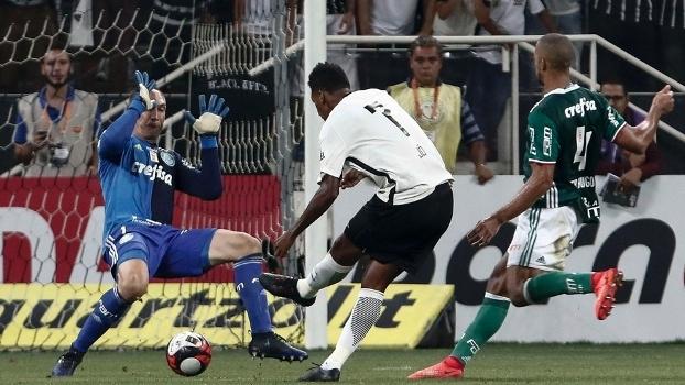 Jô toca por baixo de Prass para fazer o gol da vitória do Corinthians