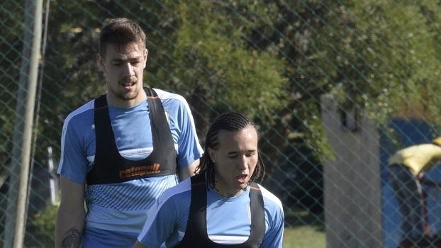 Coates (esq.) durante treino do Uruguai nesta segunda-feira