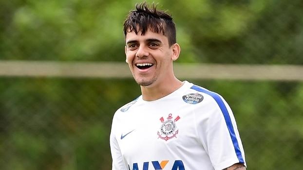 Fagner participa de treino do Corinthians
