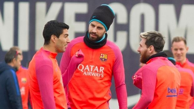 Suárez, Piqué e Messi durante treino do Barcelona