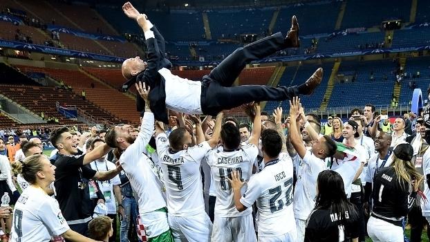 Zidane é jogado para o alto após título da Champions