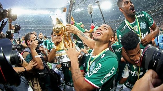 Gabriel Jesus comemora título brasileiro do Palmeiras em 2016