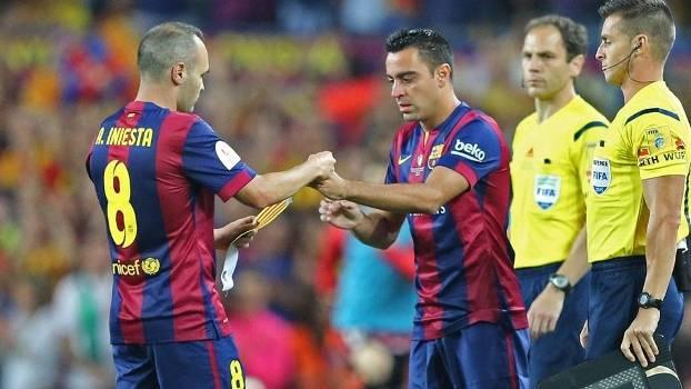 Xavi entra no lugar de Iniesta para seu último jogo no Camp Nou