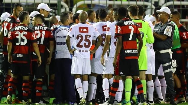 Jogadores de Flamengo e Fluminense cercaram Sandro Meira Ricci e assistentes 5a0e172453b20