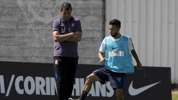 Fabio Carille, técnico do Corinthians, observa Clayson em treino