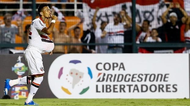 Rogério comemora gol da vitória do São Paulo sobre o Cesar Vallejo