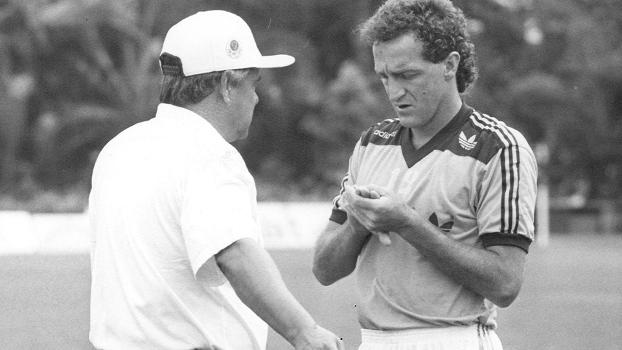 Em 1992, Otacílio Gonçalves conversa com Cuca, no Palmeiras