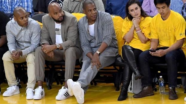 Jay Z com o pé na quadra no jogo 1 das Finais da NBA de 2017