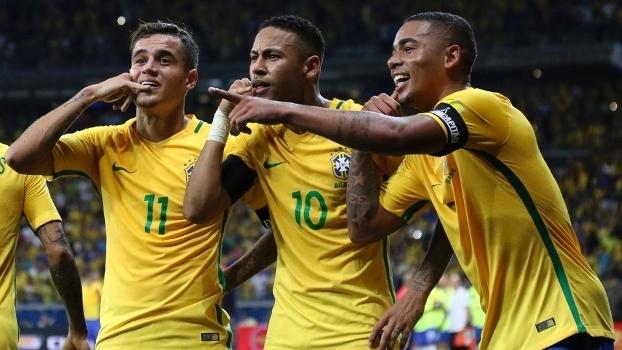 Philippe Coutinho, Neymar e Gabriel Jesus comemoram gol do Brasil sobre a Argentina no Brasil