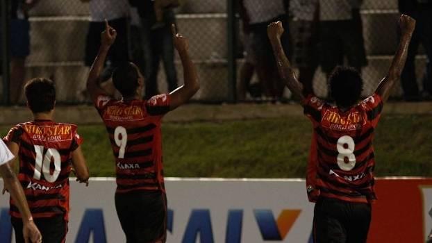 Jogador do Oeste comemora gol na vitória sobre o ABC