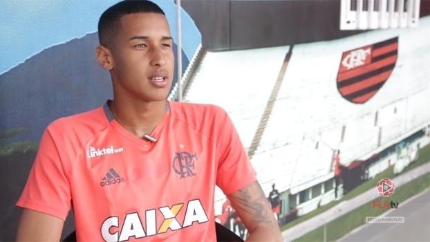 O goleiro Gabriel Batista dá entrevista para a TV do Flamengo