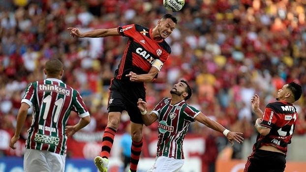 Disputa de bola entre Réver e Dourado, no Maracanã