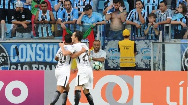Cássio pega pênalti, Corinthians bate Grêmio e dispara