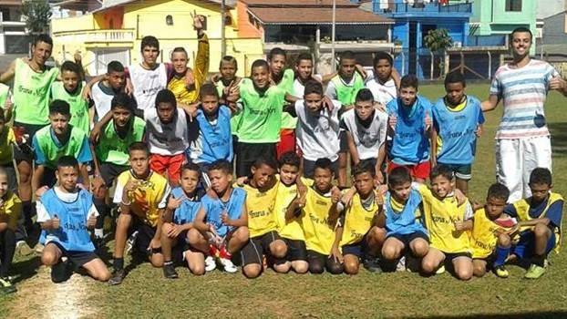 Crianças de ONG aguardavam por uniformes da seleção alemã
