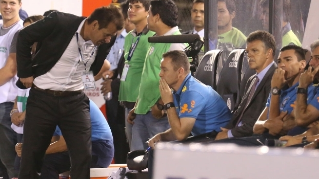 Dunga conversa com Cebola durante o jogo do Brasil contra o Paraguai