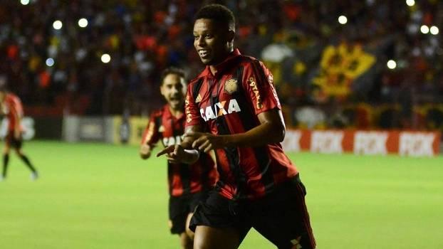 André marcou dois gols na vitória do Sport sobre o Internacional