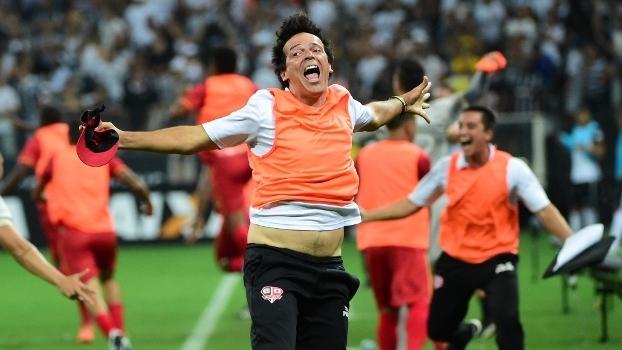 O técnico fernando Diniz comemora o gol do Audax