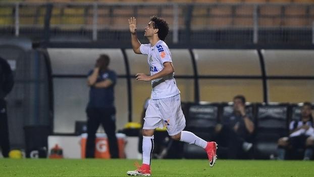 Victor Ferraz comemora gol do Santos contra o Botafogo, no Pacaembu