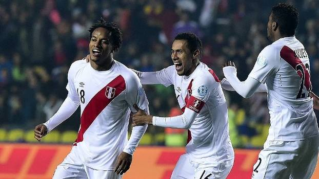 Carrillo comemora gol do Peru sobre o Paraguai na Copa América