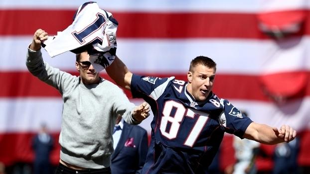 Gronk tirou a camisa das mãos de Brady e fugiu com ela pelo campo
