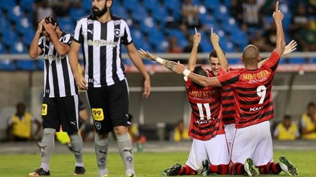 Jogadores do Oeste comemoram o gol de Renan Mota