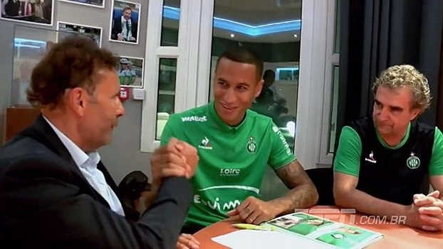 Esta é a primeira temporada de Léo Lacroix com a camisa do Saint-Étienne 348512634619d