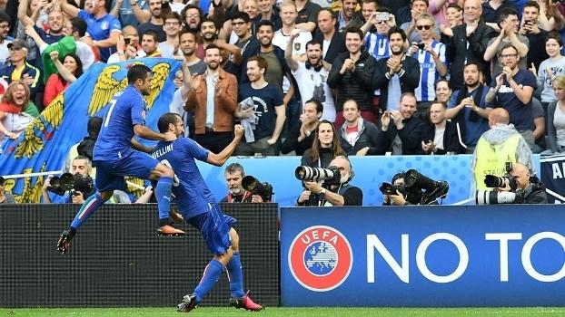 Éder comemora com Chiellini após gol da Itália. Agora 8307a1e642674