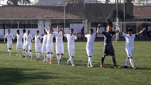 Jogadores do sub-15 do Santos após golear o XV de Jaú por 6 a 0