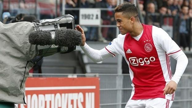 Justin Kluivert marcou seu primeiro gol com a camias do Ajax