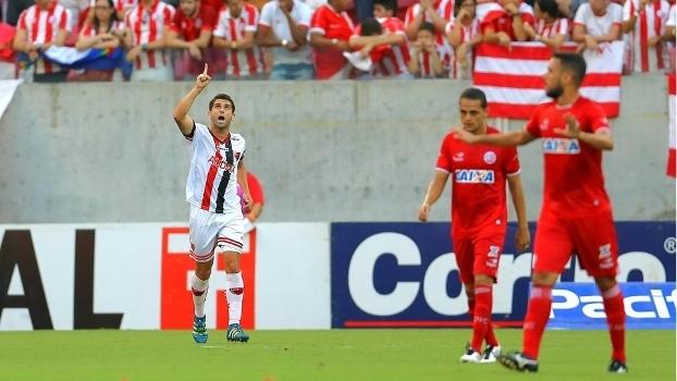 Pedro Carmona comemora o primeiro gol do Oeste contra o Náutico
