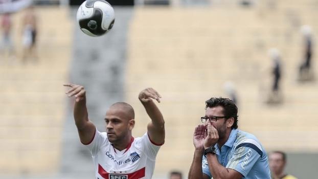O lateral Carlinhos, do São Paulo, com o técnico alviverde Alberto Valentim