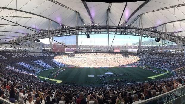 Maracanã com mosaicos das torcidas de Botafogo e Vasco na final do Carioca 2015