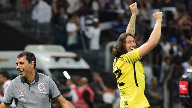 Fábio Carille e Cássio comemoram título após o Corinthians derrotar o  Fluminense por 3 a 1 dd0f66fdbe6a8