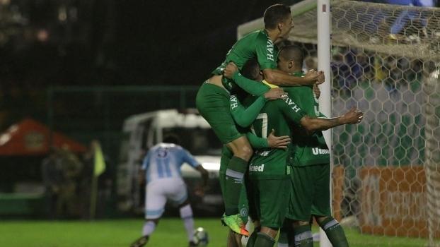 Chapecoense vence 'tira-teima' contra Avaí e assume ponta