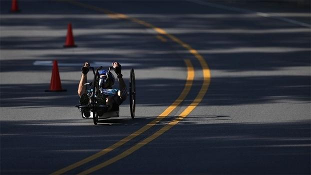 No ciclismo paralímpico, há provas em que os atletas impulsionam bicicletas com as mãos