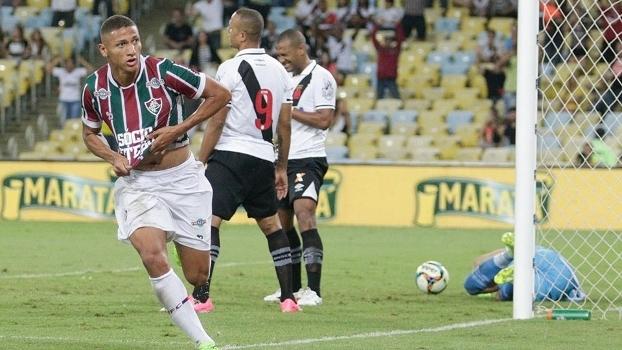 O atacante Richarlison comemora o primeiro gol do Fluminense contra o Vasco, no Maracanã