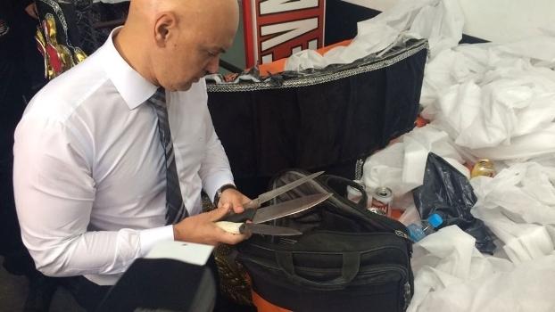 Secretário de segurança pública, Alexandre de Moraes, com facas apreendidas na Gaviões