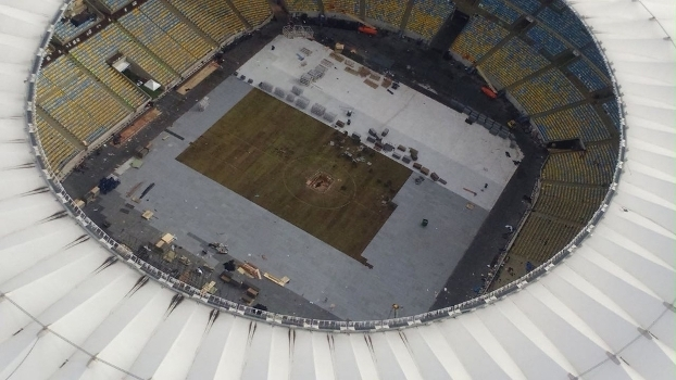 Maracanã tem um cratera no centro do gramado