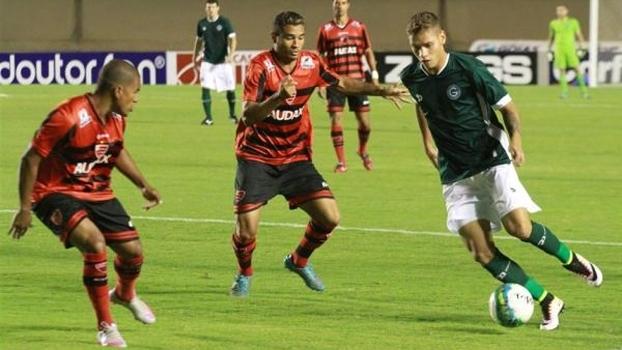 Lance da partida entre Oeste e Goiás, no Serra Dourada, pela Série B