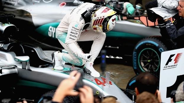 Lewis Hamilton celebra a vitória no GP do Brasil em cima de sua Mercedes