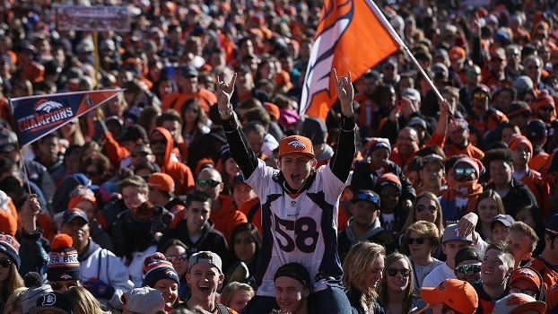 Broncos x Broncos  NFL erra pintura das end zones no estádio do ... 3d55e807200d6