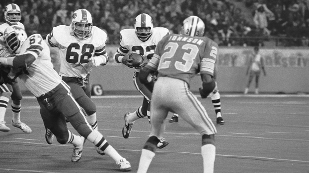 O.J. Simpson tenta correr contra a defesa do Detroit Lions no Thanksgiving de 1976