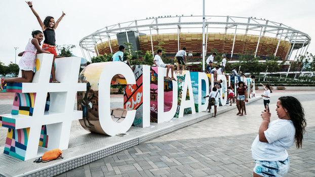 2fae9616fd Pessoas tiram fotos em frente à Arena do Tênis que foi usada na Rio 2016