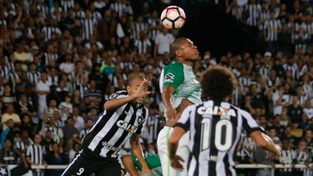 Camilo observa disputa de bola entre jogadores do Botafogo e Atlético Nacional