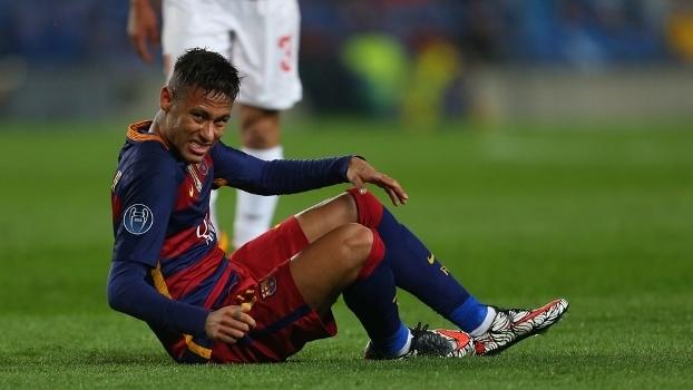 Neymar cai sentado no gramado em partida do Barça contra o Arsenal