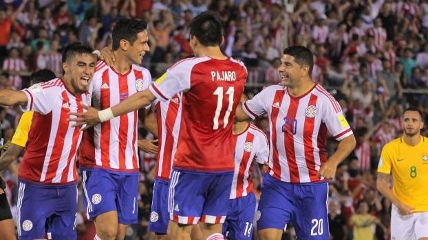 Atletas do Paraguai comemoram gol de Roque Santa cruz contra o Brasil b93cc10f9c68b