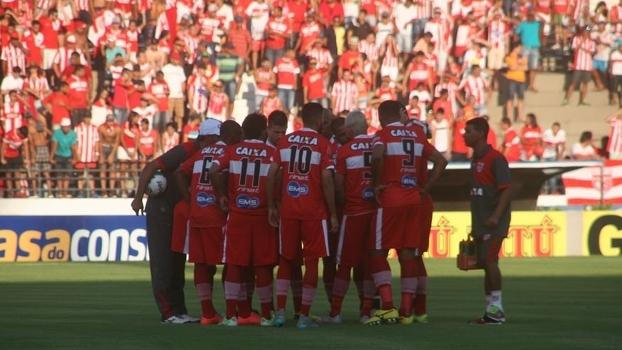 Jogadores do CRB reunidos após empate com o Bahia, no estádio Rei Pelé