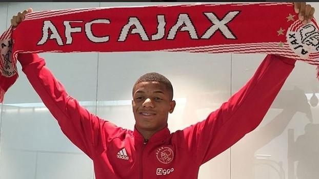 David Neres foi recebido pelo Ajax ainda no aeroporto