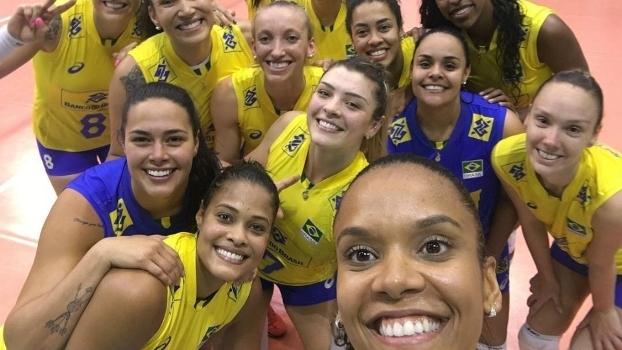 As mulheres da seleção brasileira de vôlei comemoram o título em Montreux, na Suiça
