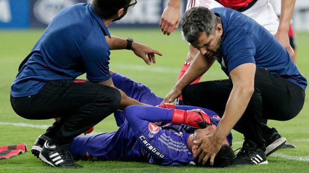 Diego Alves fraturou a clavícula durante a vitória do Flamengo sobre o Junior Barranquilla